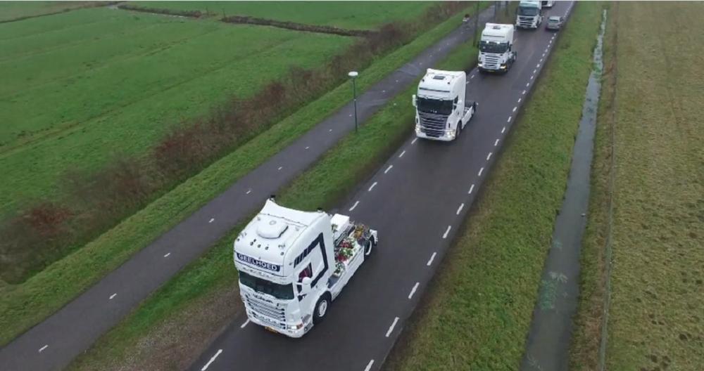 rouwstoet van vrachtwagens